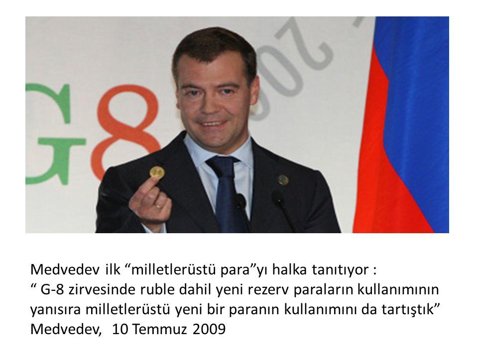 Medvedev ilk milletlerüstü para yı halka tanıtıyor :