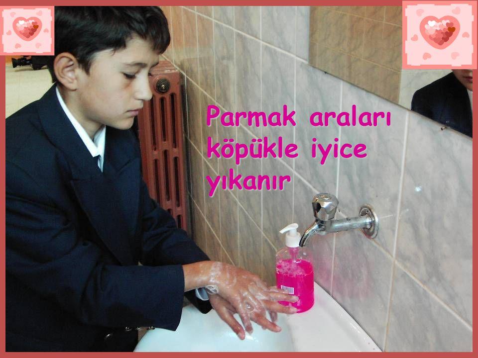 Parmak araları köpükle iyice yıkanır