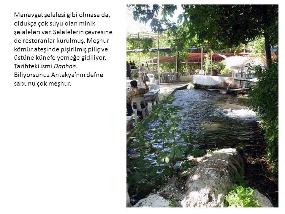 Manavgat şelalesi gibi olmasa da, oldukça çok suyu olan minik şelaleleri var.