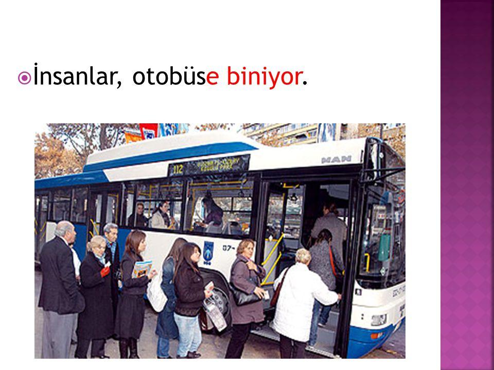 İnsanlar, otobüse biniyor.