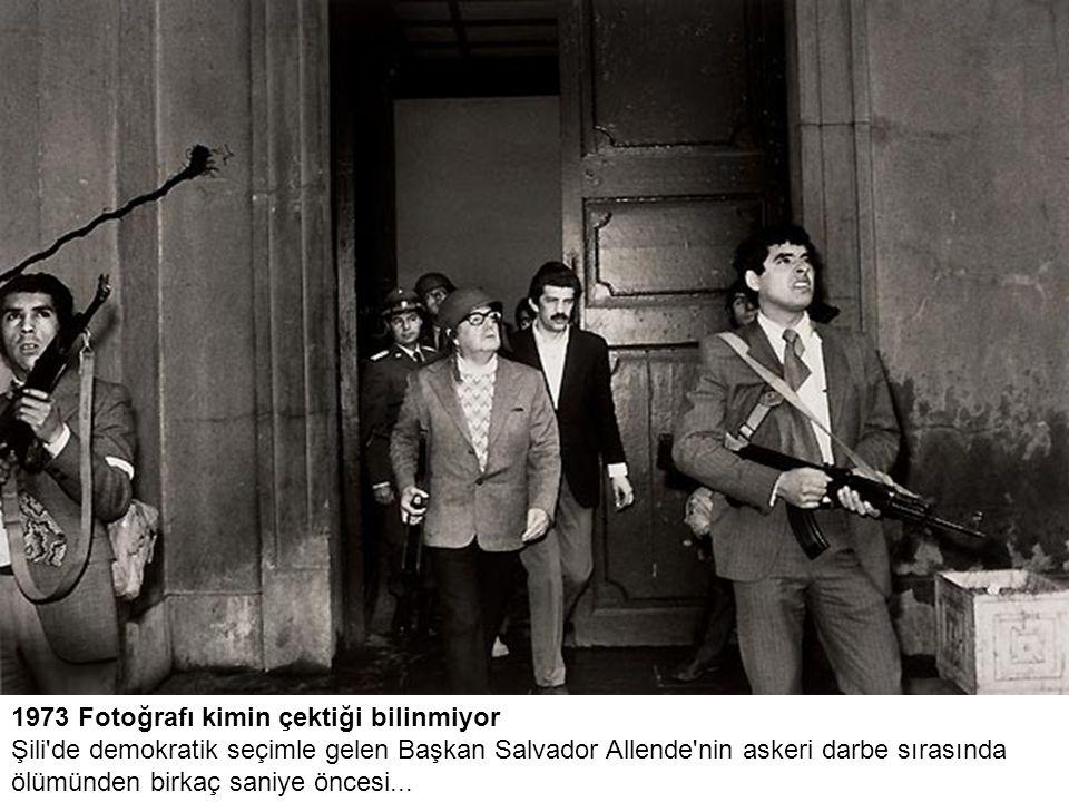 1973 Fotoğrafı kimin çektiği bilinmiyor Şili de demokratik seçimle gelen Başkan Salvador Allende nin askeri darbe sırasında ölümünden birkaç saniye öncesi...