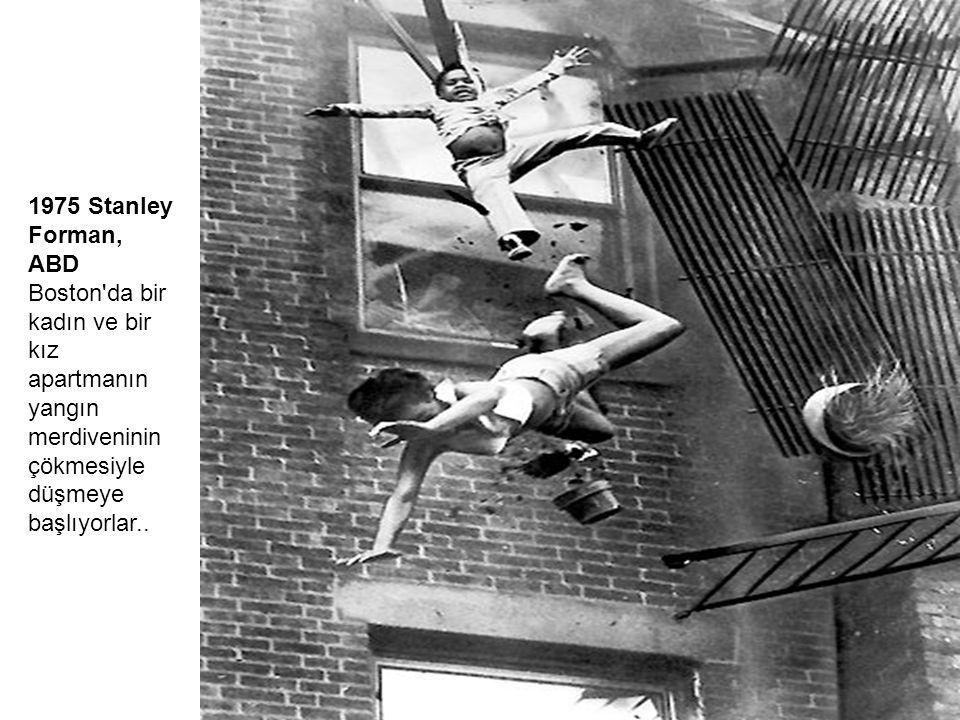 1975 Stanley Forman, ABD Boston da bir kadın ve bir kız apartmanın yangın merdiveninin çökmesiyle düşmeye başlıyorlar..