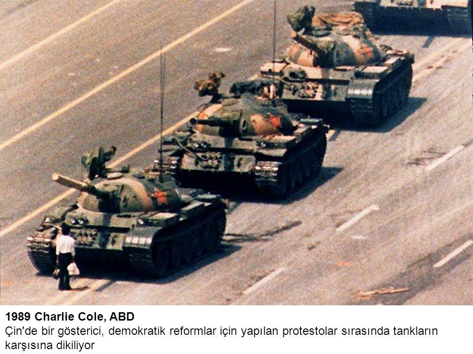 1989 Charlie Cole, ABD Çin de bir gösterici, demokratik reformlar için yapılan protestolar sırasında tankların karşısına dikiliyor