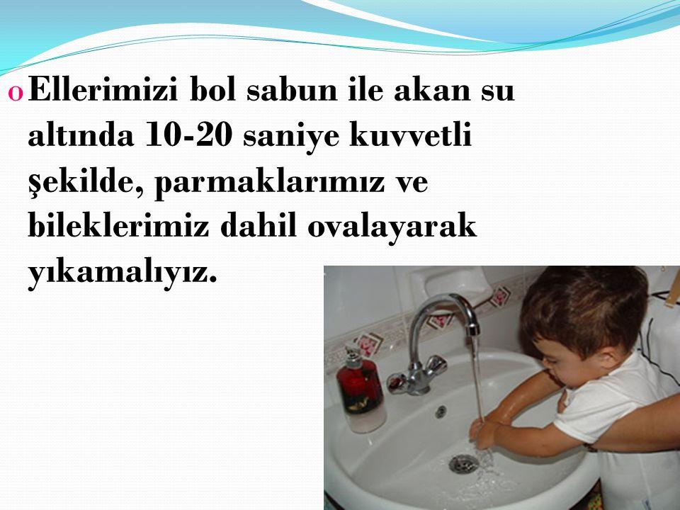 Ellerimizi bol sabun ile akan su altında 10-20 saniye kuvvetli şekilde, parmaklarımız ve bileklerimiz dahil ovalayarak yıkamalıyız.