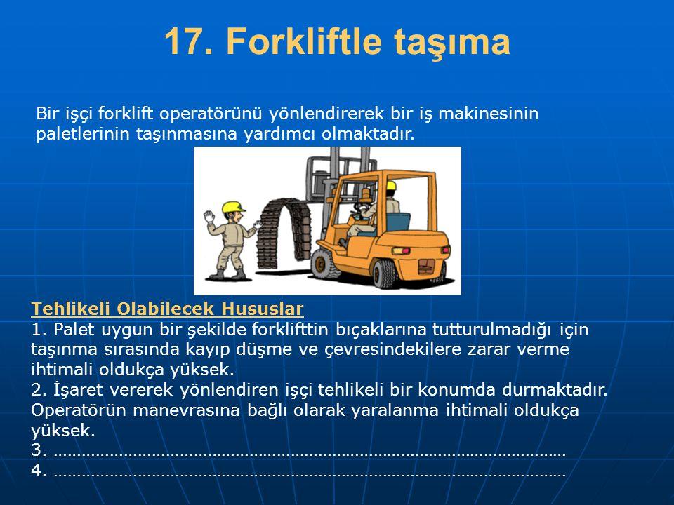 17. Forkliftle taşıma Bir işçi forklift operatörünü yönlendirerek bir iş makinesinin paletlerinin taşınmasına yardımcı olmaktadır.