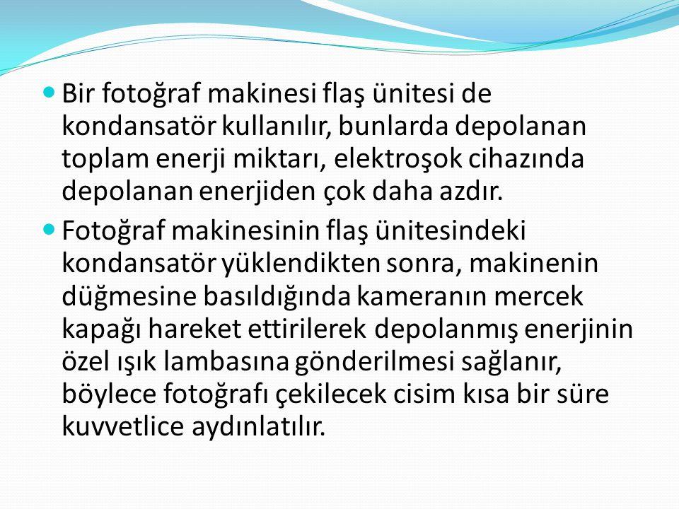 Bir fotoğraf makinesi flaş ünitesi de kondansatör kullanılır, bunlarda depolanan toplam enerji miktarı, elektroşok cihazında depolanan enerjiden çok daha azdır.