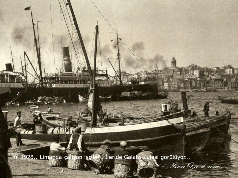 Yıl 1928.. Limanda çalışan işçiler . İleride Galata Kulesi görülüyor...