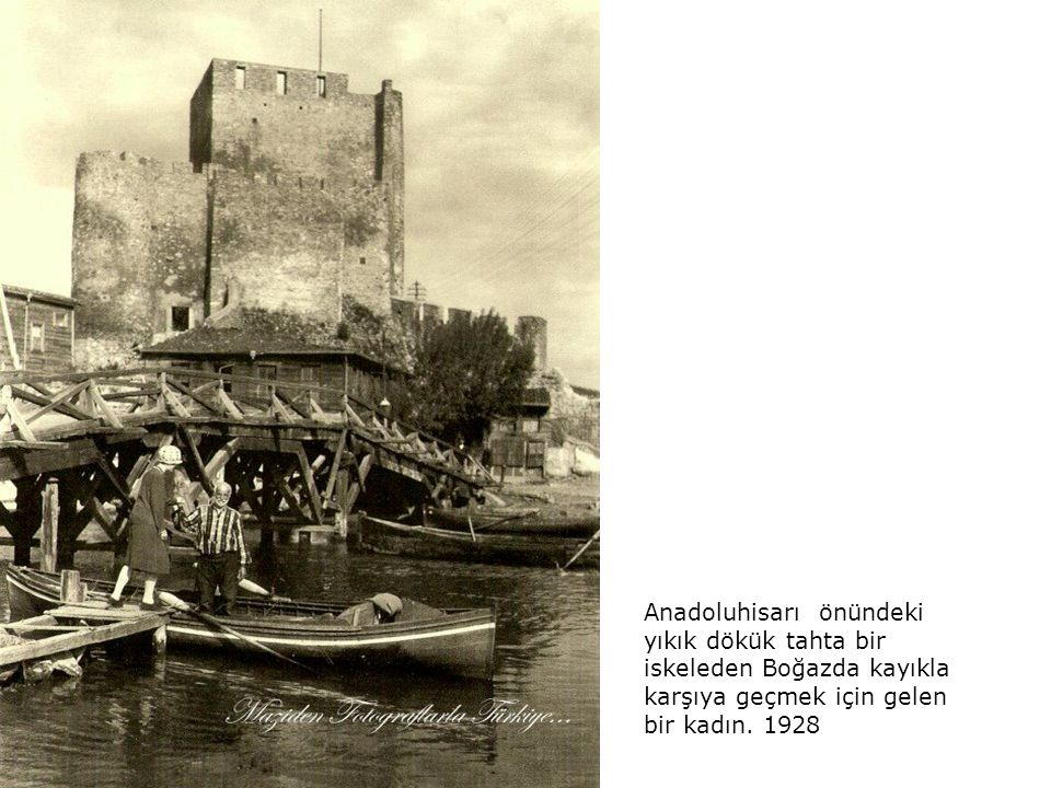 Anadoluhisarı önündeki yıkık dökük tahta bir iskeleden Boğazda kayıkla karşıya geçmek için gelen bir kadın.