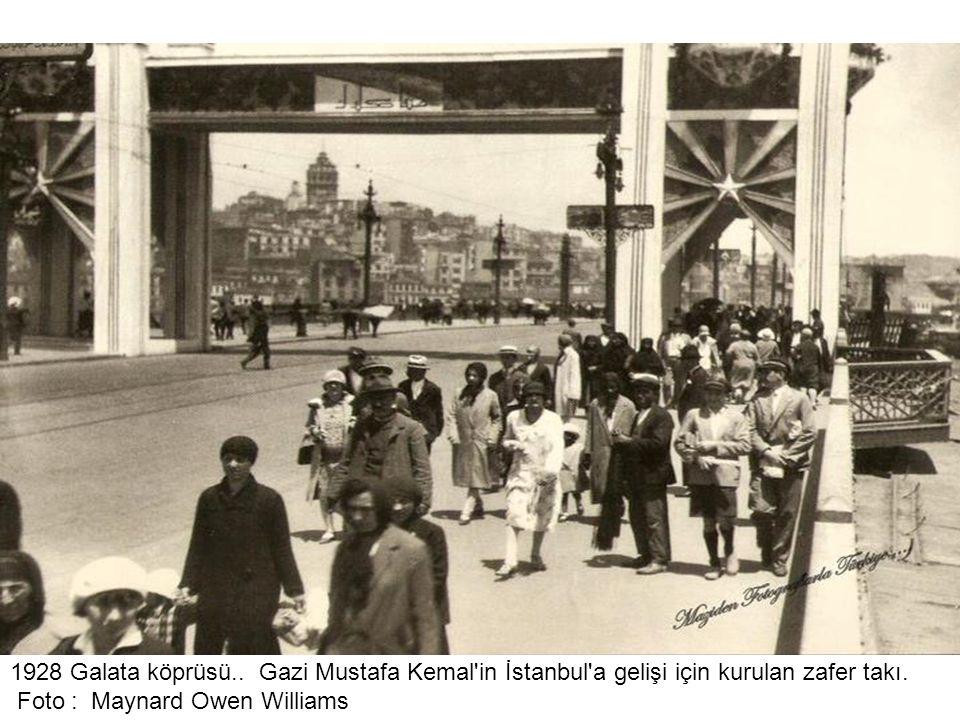 1928 Galata köprüsü.. Gazi Mustafa Kemal in İstanbul a gelişi için kurulan zafer takı.