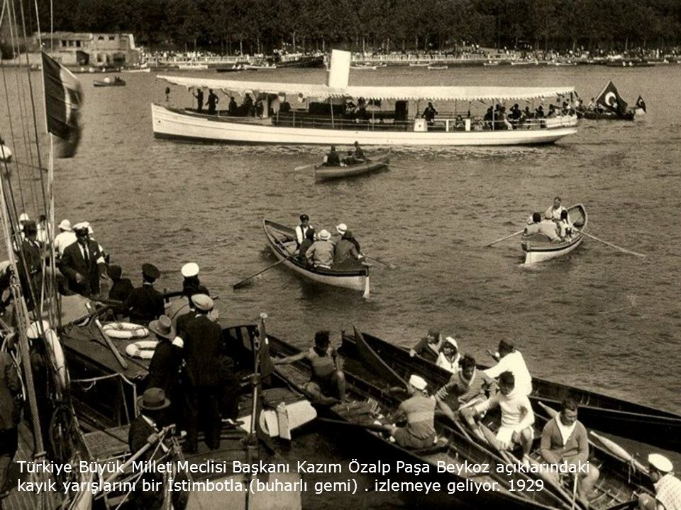 Türkiye Büyük Millet Meclisi Başkanı Kazım Özalp Paşa Beykoz açıklarındaki kayık yarışlarını bir İstimbotla.(buharlı gemi) .