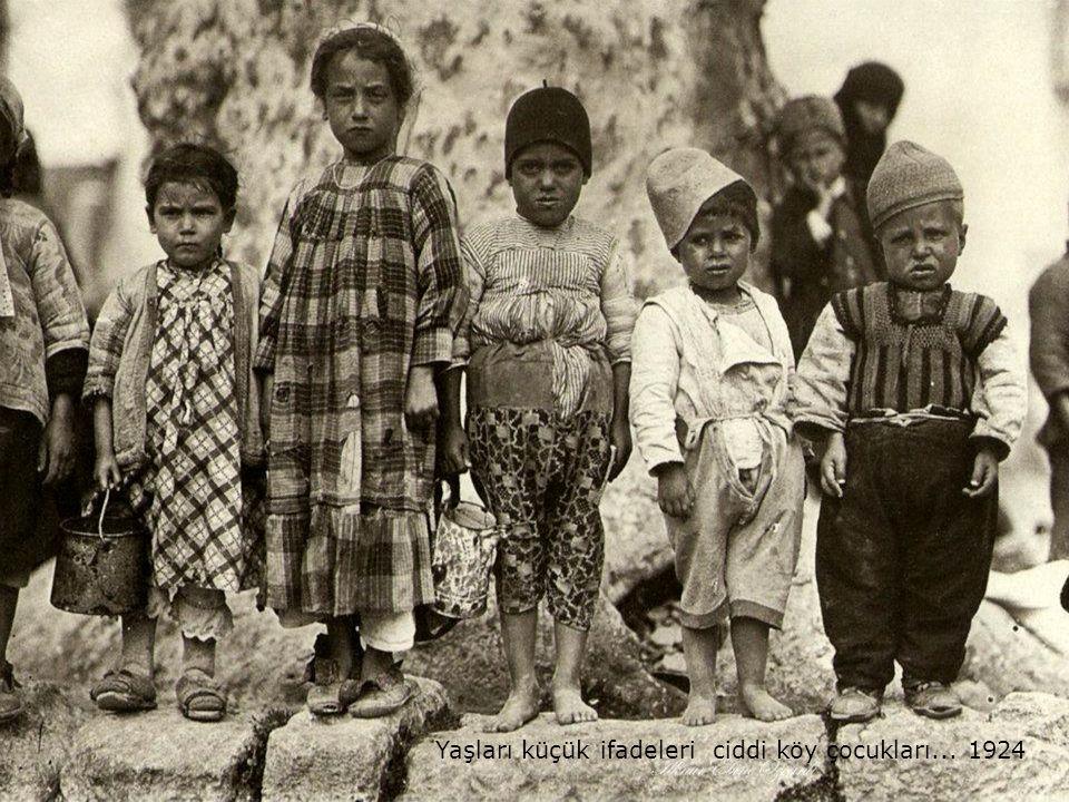 Yaşları küçük ifadeleri ciddi köy çocukları... 1924