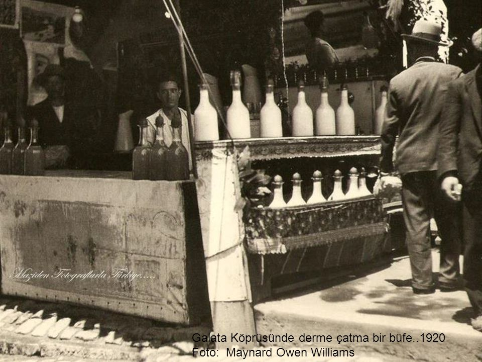 Galata Köprüsünde derme çatma bir büfe..1920