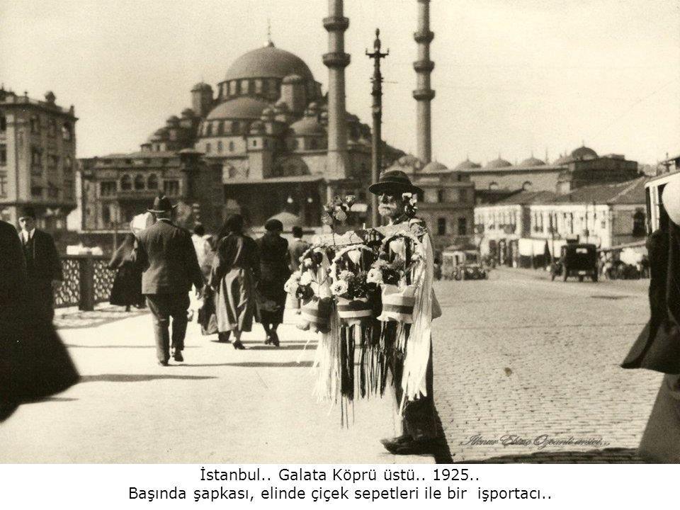 İstanbul.. Galata Köprü üstü.. 1925..