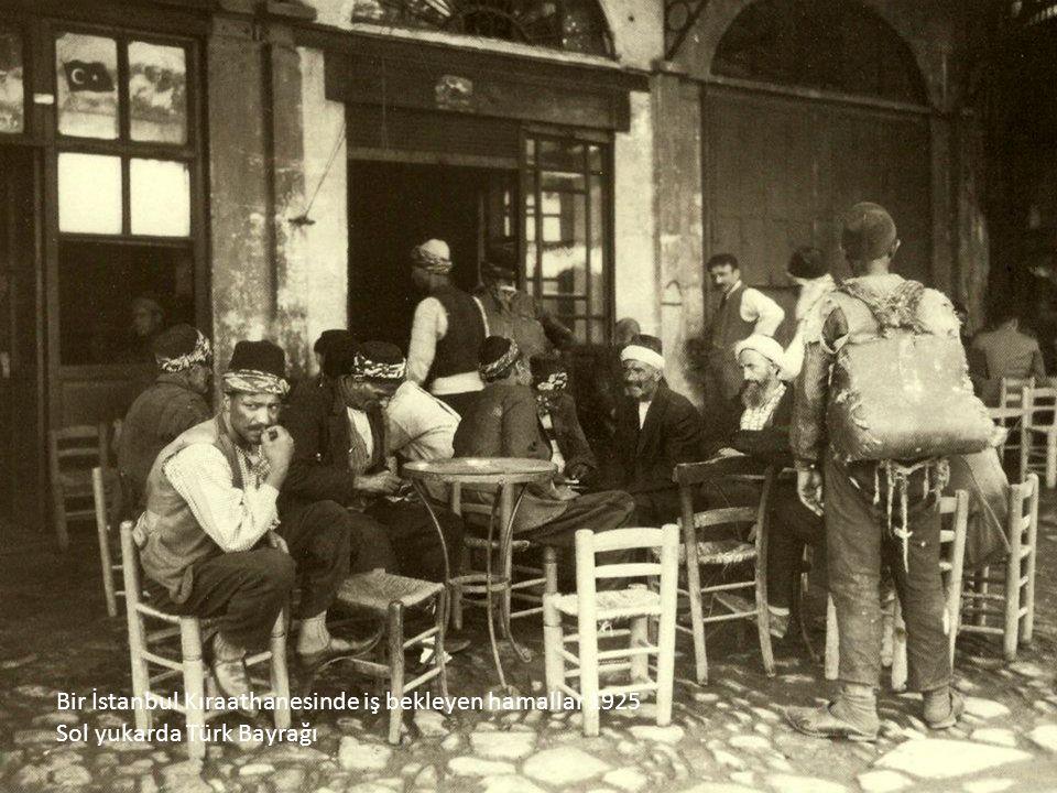 Bir İstanbul Kıraathanesinde iş bekleyen hamallar 1925