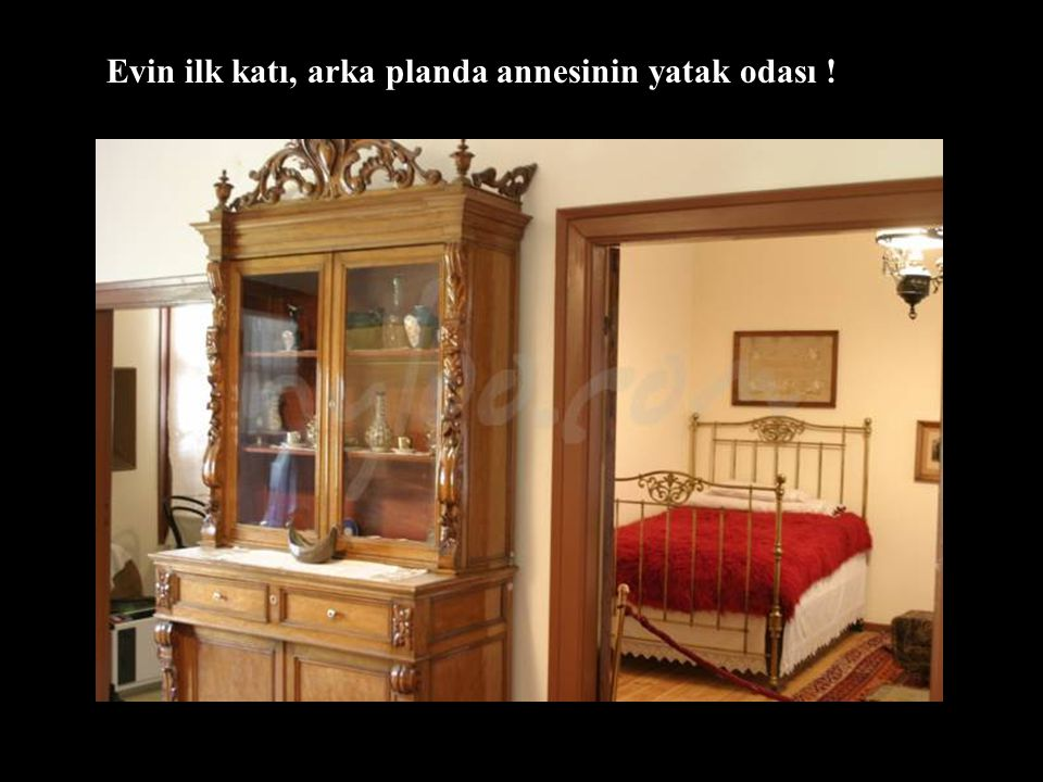 Evin ilk katı, arka planda annesinin yatak odası !