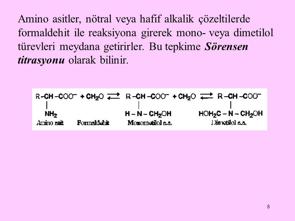 Amino asitler, nötral veya hafif alkalik çözeltilerde formaldehit ile reaksiyona girerek mono- veya dimetilol türevleri meydana getirirler.