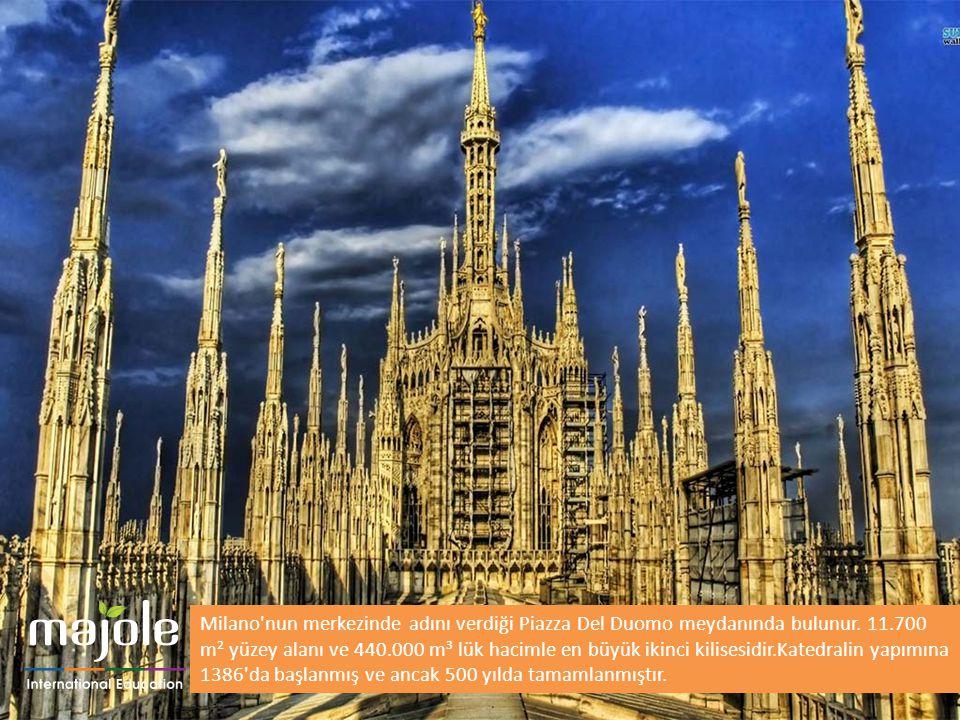 Milano nun merkezinde adını verdiği Piazza Del Duomo meydanında bulunur.