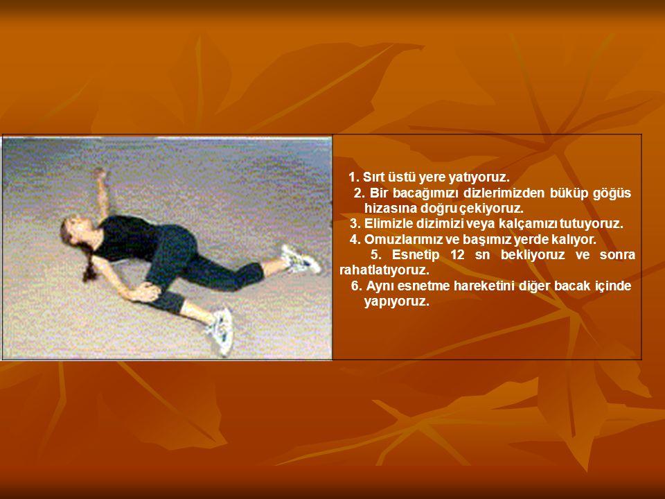 2. Bir bacağımızı dizlerimizden büküp göğüs hizasına doğru çekiyoruz.