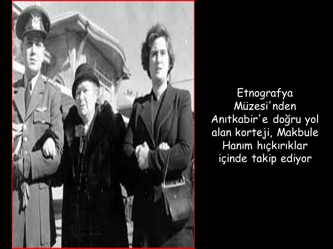 Etnografya Müzesi nden Anıtkabir e doğru yol alan korteji, Makbule Hanım hıçkırıklar içinde takip ediyor