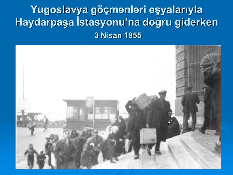 Yugoslavya göçmenleri eşyalarıyla Haydarpaşa İstasyonu'na doğru giderken 3 Nisan 1955