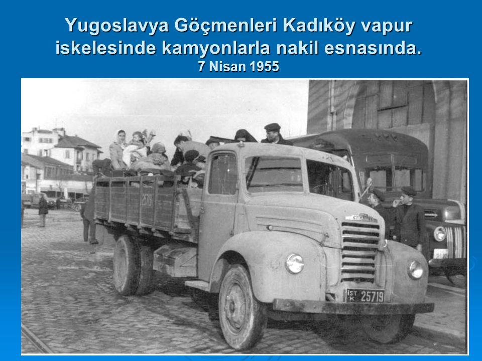 Yugoslavya Göçmenleri Kadıköy vapur iskelesinde kamyonlarla nakil esnasında. 7 Nisan 1955