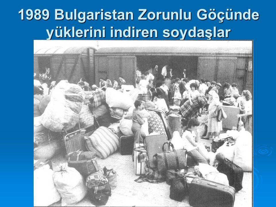 1989 Bulgaristan Zorunlu Göçünde yüklerini indiren soydaşlar