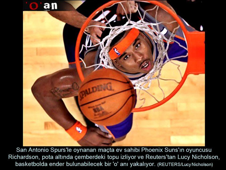San Antonio Spurs le oynanan maçta ev sahibi Phoenix Suns ın oyuncusu Richardson, pota altında çemberdeki topu izliyor ve Reuters tan Lucy Nicholson, basketbolda ender bulunabilecek bir o anı yakalıyor.