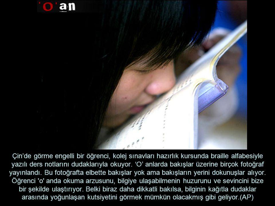 Çin'de görme engelli bir öğrenci, kolej sınavları hazırlık kursunda braille alfabesiyle yazılı ders notlarını dudaklarıyla okuyor.