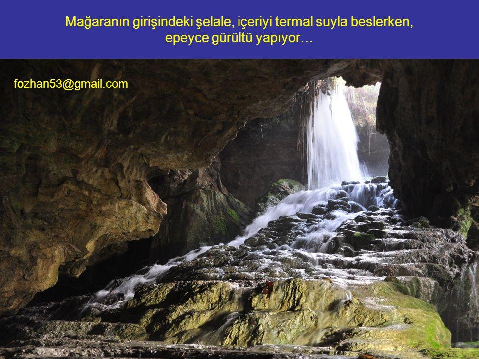 Mağaranın girişindeki şelale, içeriyi termal suyla beslerken, epeyce gürültü yapıyor…
