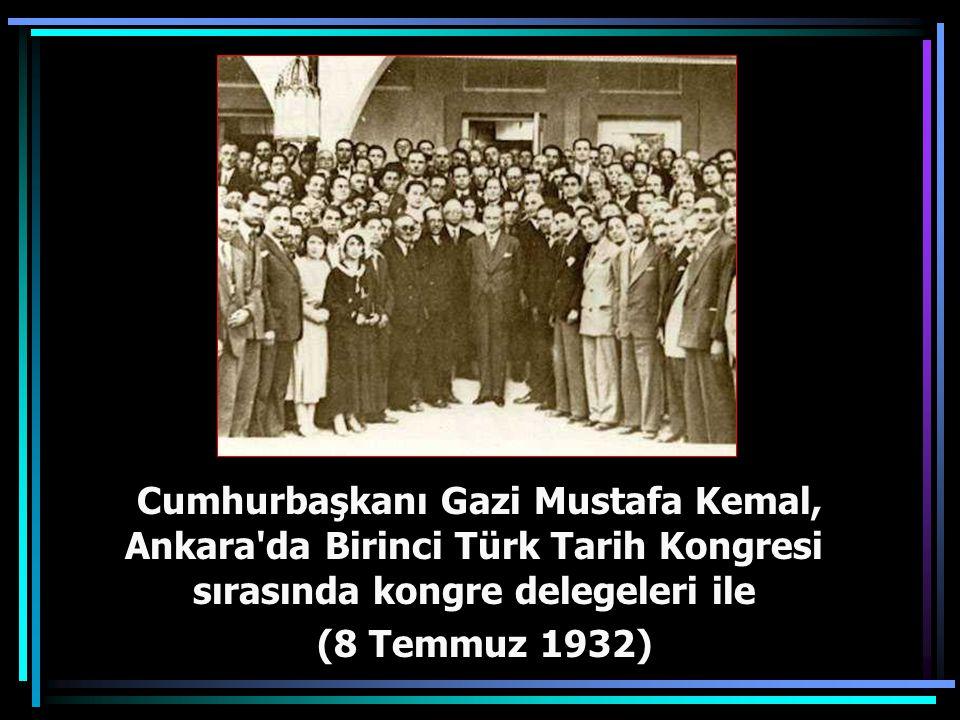 Cumhurbaşkanı Gazi Mustafa Kemal, Ankara da Birinci Türk Tarih Kongresi sırasında kongre delegeleri ile