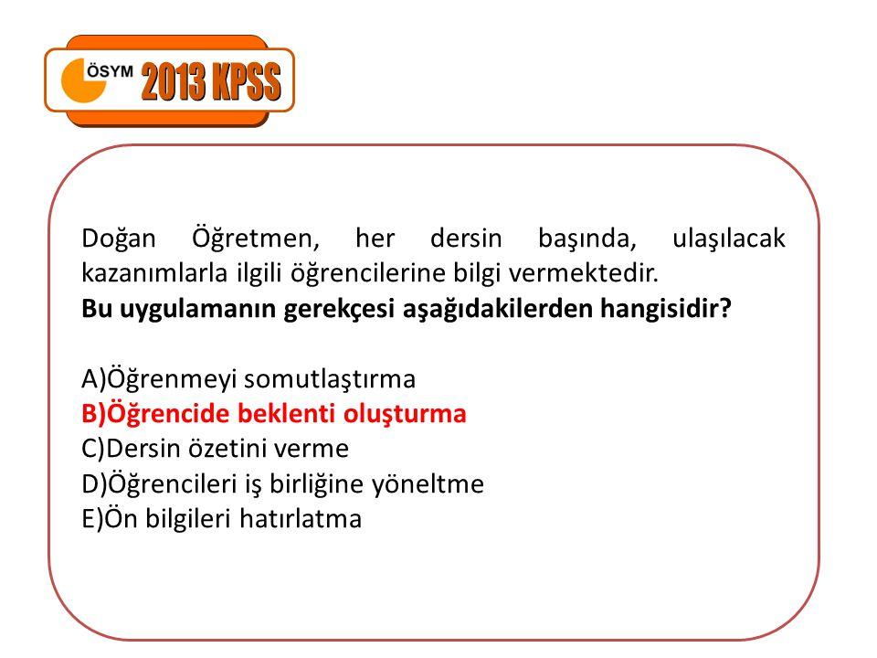 2013 KPSS Doğan Öğretmen, her dersin başında, ulaşılacak kazanımlarla ilgili öğrencilerine bilgi vermektedir.