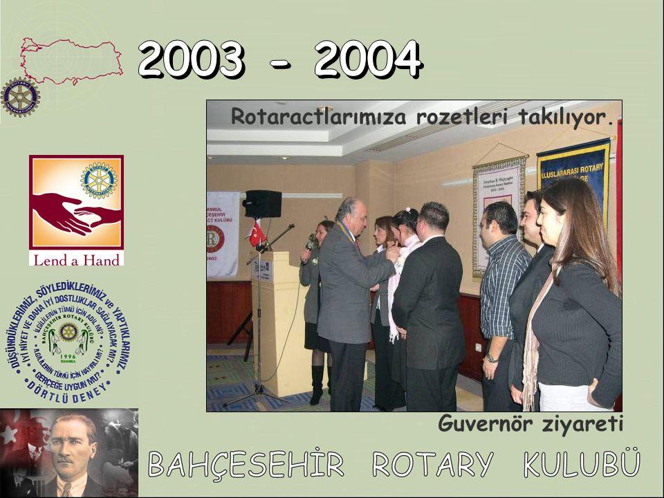 2003 - 2004 Rotaractlarımıza rozetleri takılıyor.. Guvernör ziyareti
