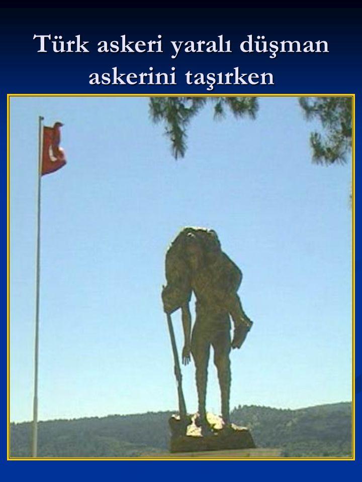 Türk askeri yaralı düşman askerini taşırken