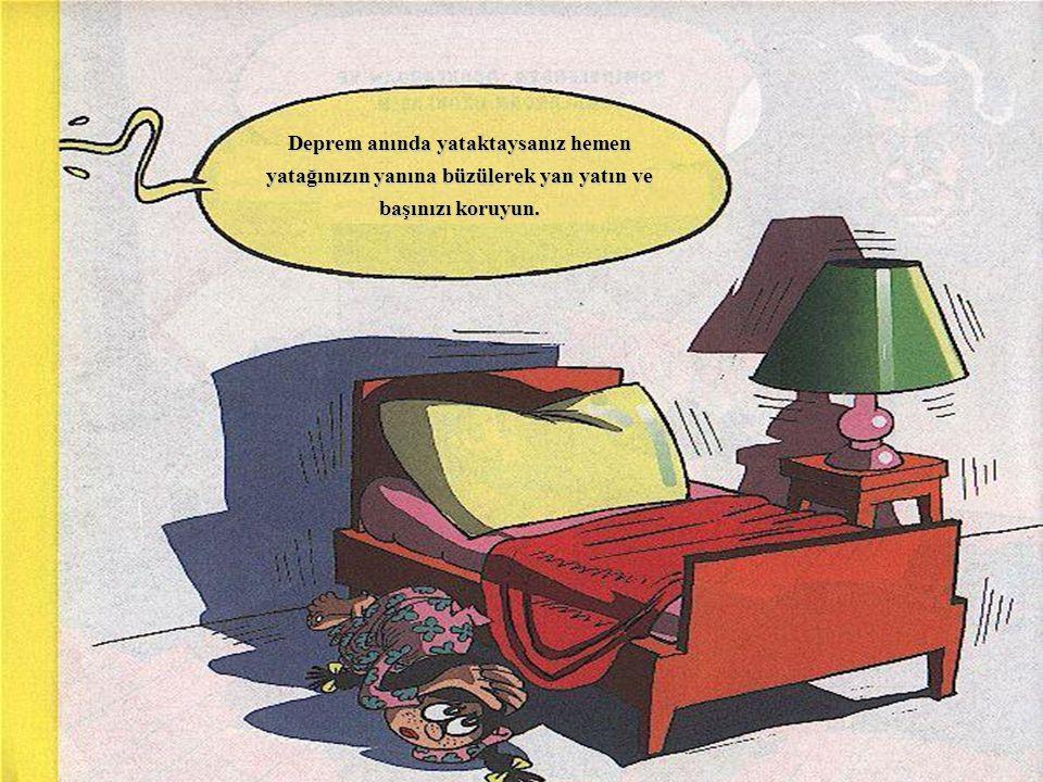 Deprem anında yataktaysanız hemen yatağınızın yanına büzülerek yan yatın ve başınızı koruyun.