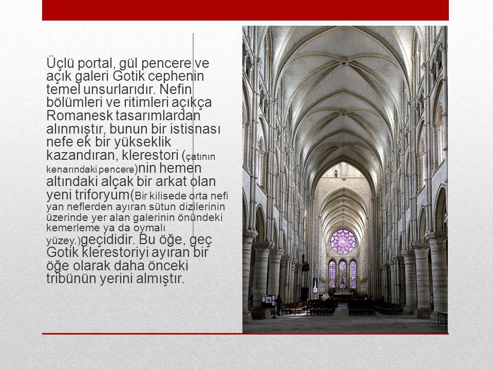 Üçlü portal, gül pencere ve açık galeri Gotik cephenin temel unsurlarıdır.