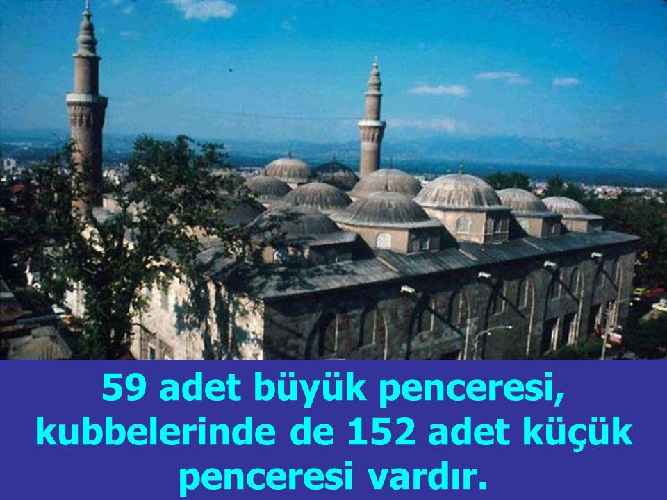 59 adet büyük penceresi, kubbelerinde de 152 adet küçük penceresi vardır.