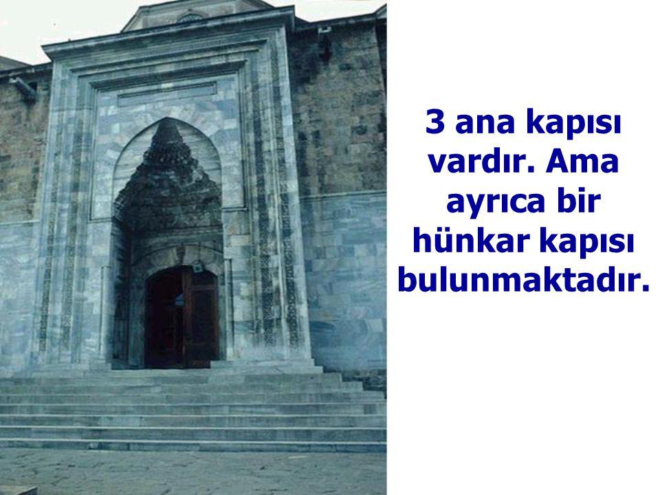 3 ana kapısı vardır. Ama ayrıca bir hünkar kapısı bulunmaktadır.