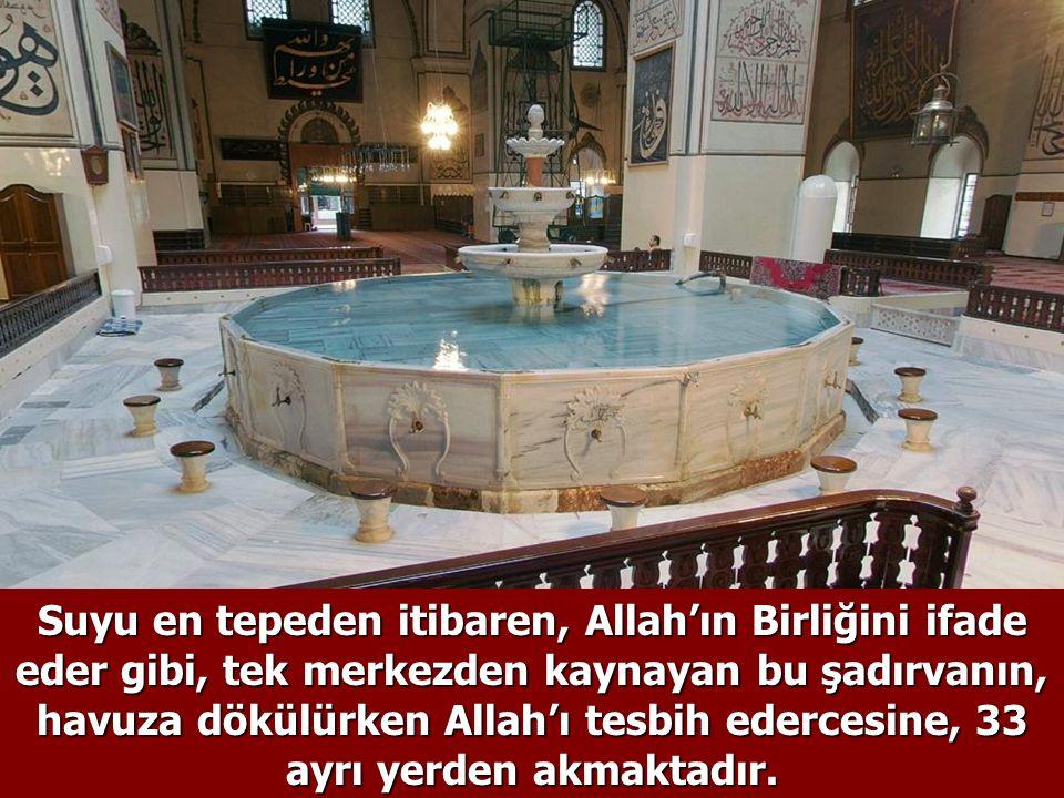 Suyu en tepeden itibaren, Allah'ın Birliğini ifade eder gibi, tek merkezden kaynayan bu şadırvanın, havuza dökülürken Allah'ı tesbih edercesine, 33 ayrı yerden akmaktadır.