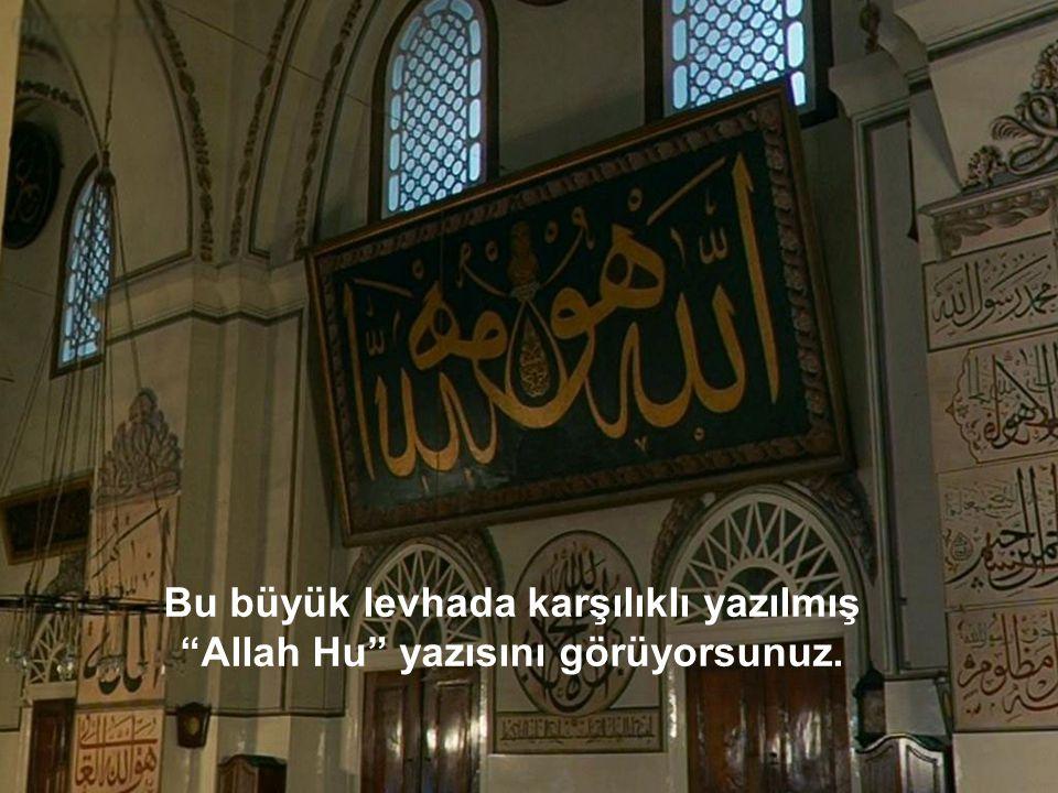 Bu büyük levhada karşılıklı yazılmış Allah Hu yazısını görüyorsunuz.