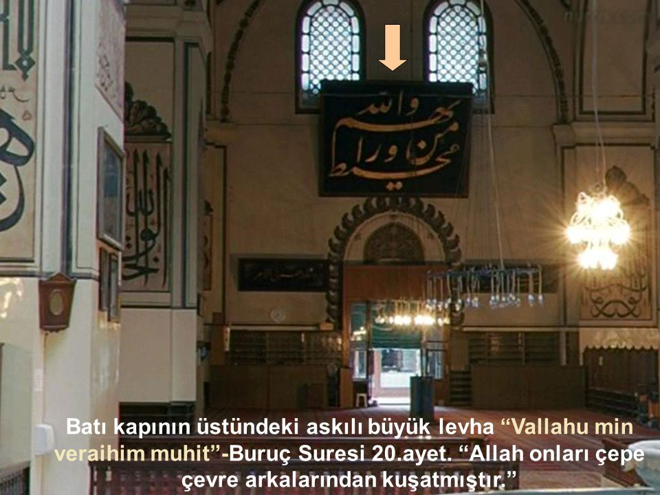 Batı kapının üstündeki askılı büyük levha Vallahu min veraihim muhit -Buruç Suresi 20.ayet.