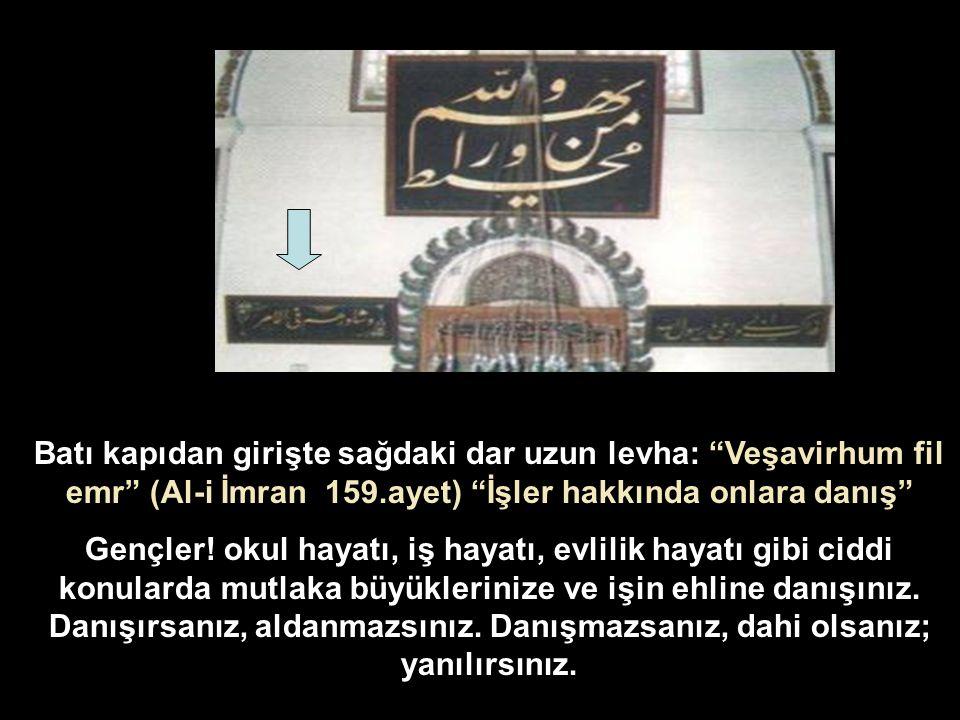 Batı kapıdan girişte sağdaki dar uzun levha: Veşavirhum fil emr (Al-i İmran 159.ayet) İşler hakkında onlara danış