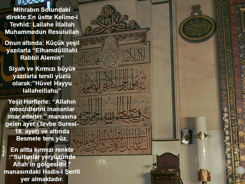 Onun altında: Küçük yeşil yazılarla Elhamdülillahi Rabbil Alemin
