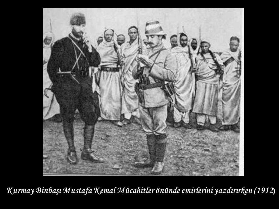 Kurmay Binbaşı Mustafa Kemal Mücahitler önünde emirlerini yazdırırken (1912)