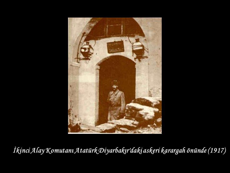 ) İkinci Alay Komutanı Atatürk Diyarbakır daki askeri karargah önünde (1917)