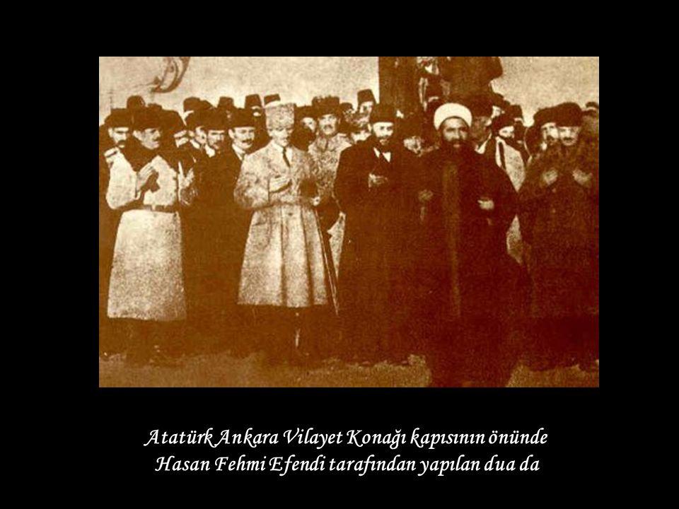 Atatürk Ankara Vilayet Konağı kapısının önünde