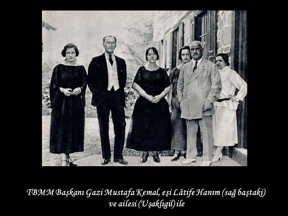 TBMM Başkanı Gazi Mustafa Kemal, eşi Lâtife Hanım (sağ baştaki)