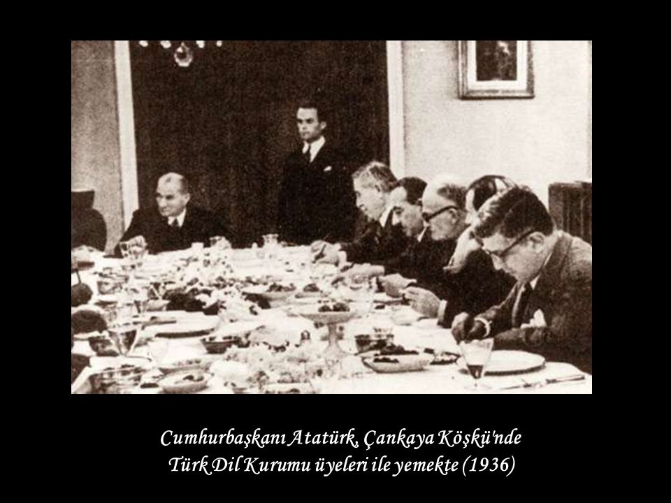 Türk Dil Kurumu üyeleri ile yemekte (1936)