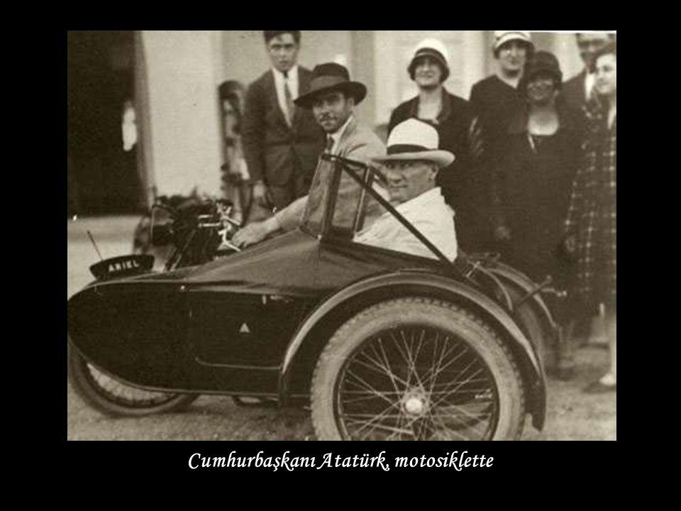 Cumhurbaşkanı Atatürk, motosiklette