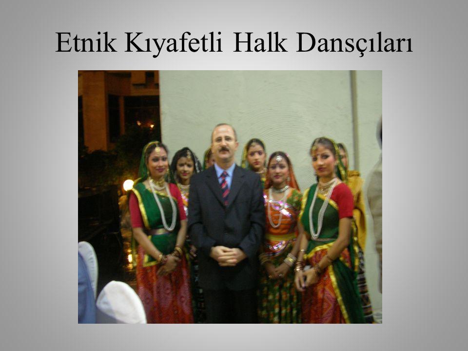 Etnik Kıyafetli Halk Dansçıları