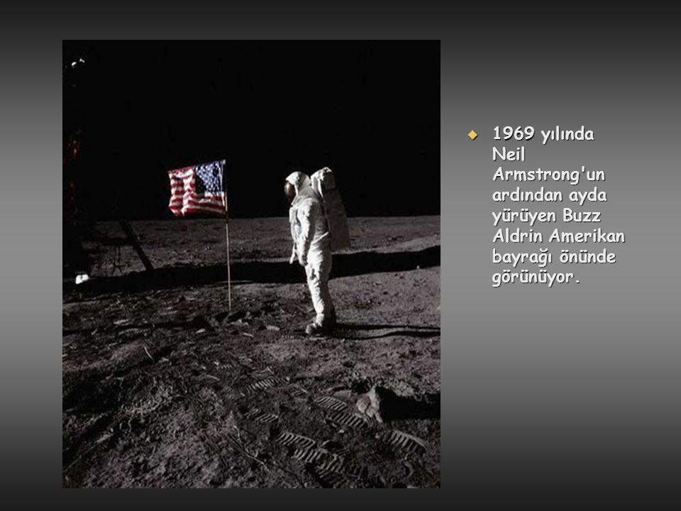 1969 yılında Neil Armstrong un ardından ayda yürüyen Buzz Aldrin Amerikan bayrağı önünde görünüyor.